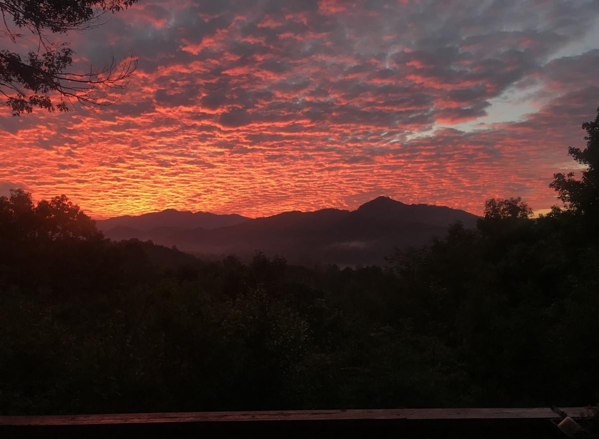 Click image for larger version  Name:Mountain FIRE clouds.jpg Views:18 Size:101.5 KB ID:15405